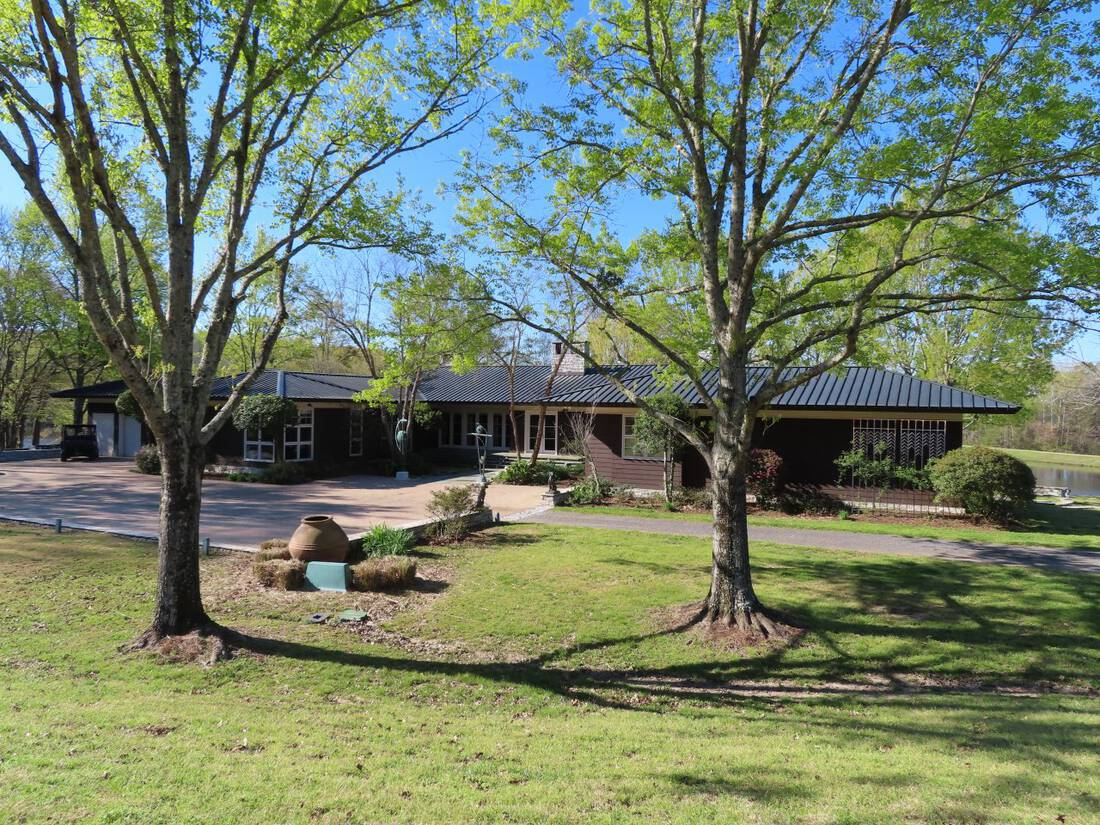 Main-Lodge-Front-View-Mississippi-Go-Away